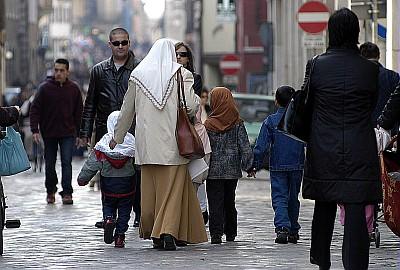 integrazione, bambini con la mamma, immigrati, stranieri, chador, velo,